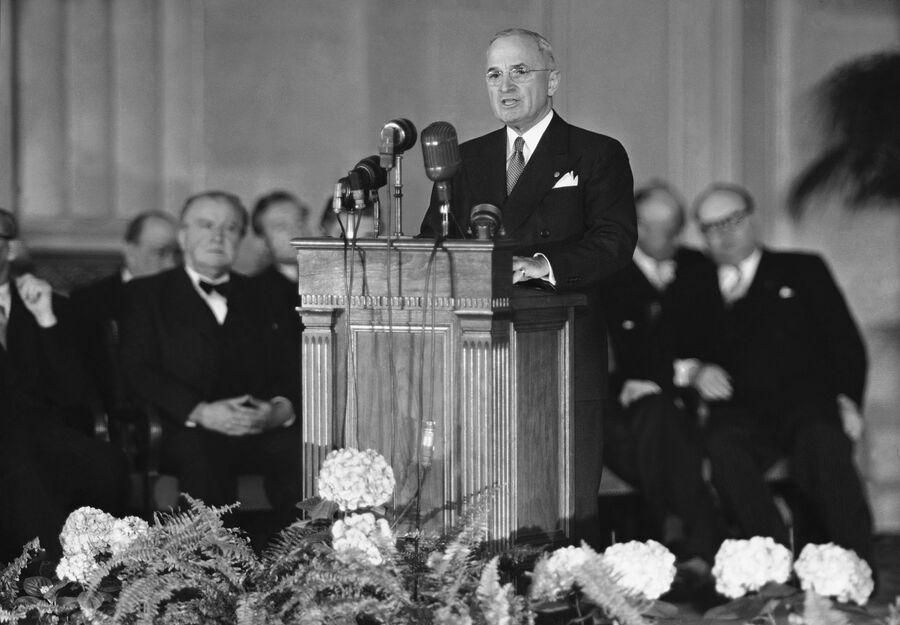 Президент США Гарри Трумэн выступает с речью перед подписанием Североатлантического договора