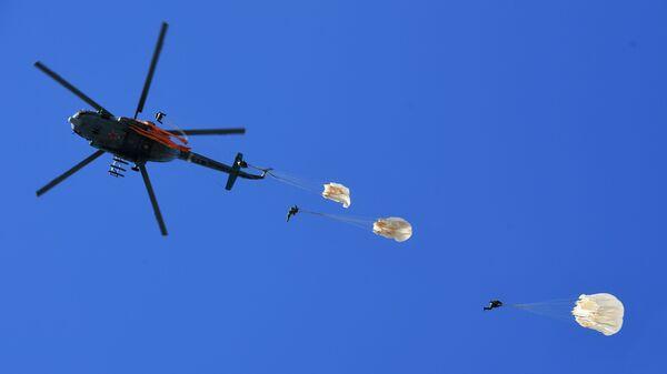 Военнослужащие отряда специального назначения внутренних войск Витязь во время занятий по парашютной подготовке в Московской области