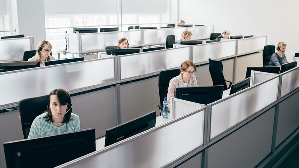 Сотрудники на работе в колл-центре