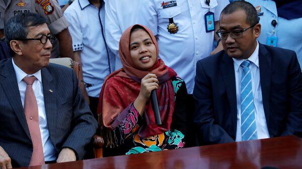 Гражданка Индонезии Сити Аисья, которую подозревали в причастности к убийству в Малайзии брата лидера КНДР Ким Чен Ына, во время пресс-конференции в аэропорту Джакарты. 11 марта 2019