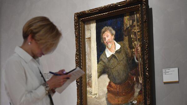 Посетительница возле картины Автопортрет за работой на выставке Ильи Репина в Третьяковской галерее на Крымском валу
