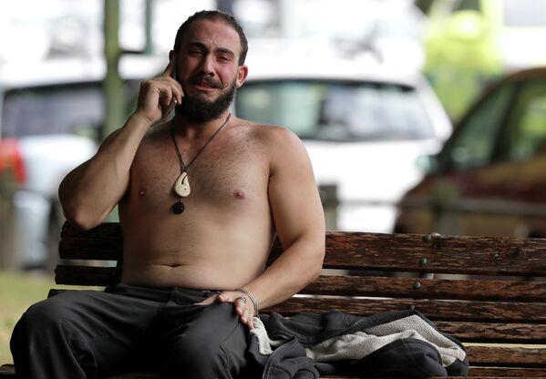 Мужчина возле мечети города Крайстчерч, где произошла стрельба