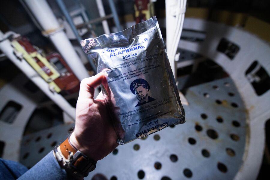Пакет с питьевой водой внутри ВСК подводного крейсера Юрий Долгорукий