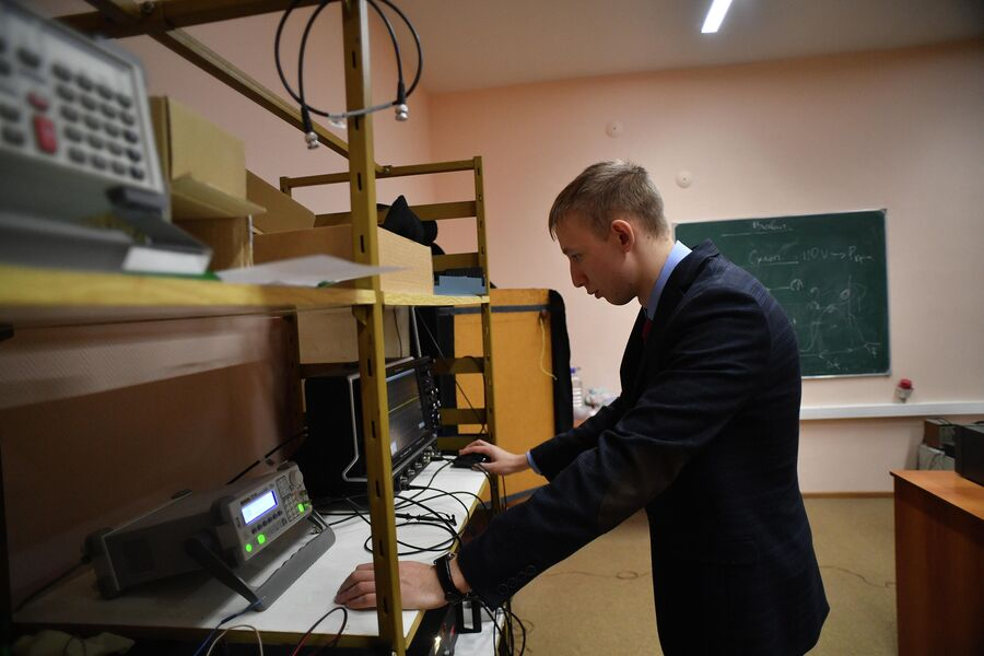 Александр Егоров в  лаборатории физики высоких пллотностей энергии Саровского физико-технического института