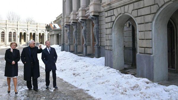 Ольга Голодец, Карен Шахназаров и Дмитрий Медведев во время посещения киноконцерна Мосфильм