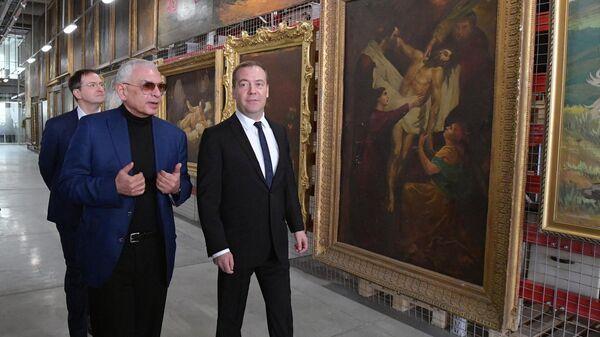 Дмитрий Медведев во время посещения Мосфильма перед заседанием Правительственного совета по развитию отечественной кинематографии. 15 марта 2019