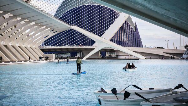 Туристы на территории архитектурного комплекса Город Науки и Искусств в Валенсии
