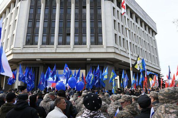 Участники праздничных мероприятий, посвященных 5-й годовщине Общекрымского референдума 2014 года и воссоединения Крыма с Россией, у здания Государственного Совета Республики Крым в Симферополе