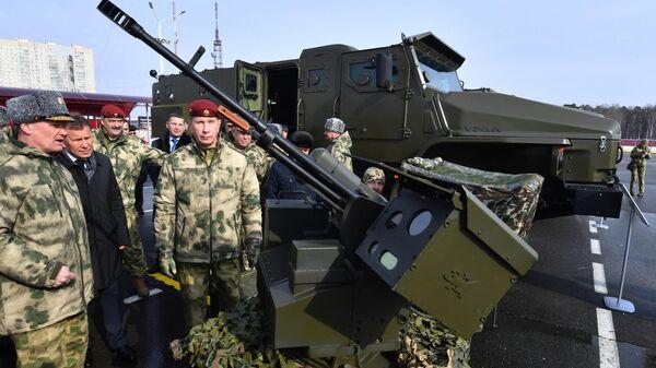 Виктор Золотов осматривает боевой дистанционно-управляемый модуль на презентации новой техники и вооружения Росгвардии. 15 марта 2019