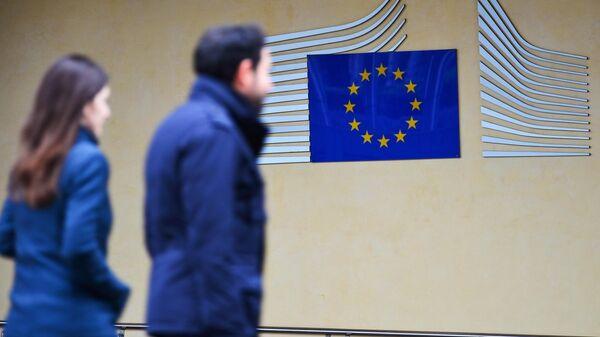 Прохожие у здания Европейской комиссии в Брюсселе