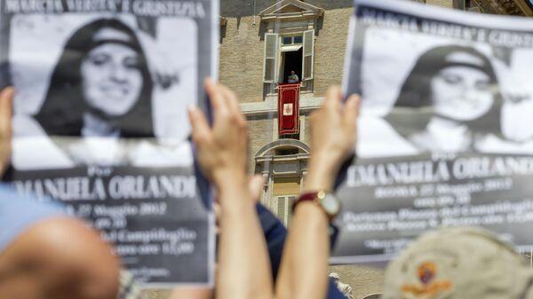 Люди с плакатами с объявлением об исчезновении Эмануэлы Орланди в Ватикане