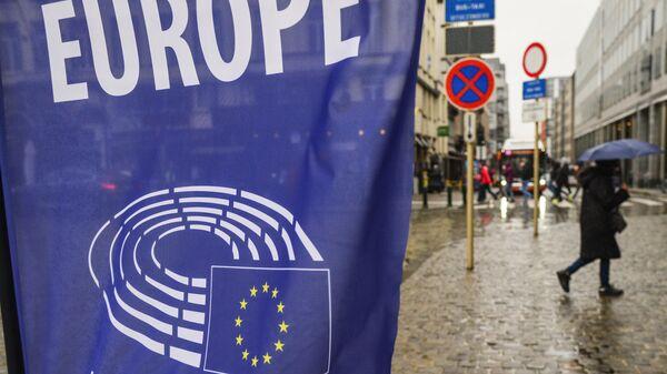 Логотип Европарламента на баннере на одной из улиц Брюсселя