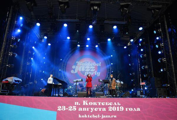 Музыканты выступают на Koktebel Jazz Party фестиваля Крымская весна в Большом Амфитеатре парка Зарядье