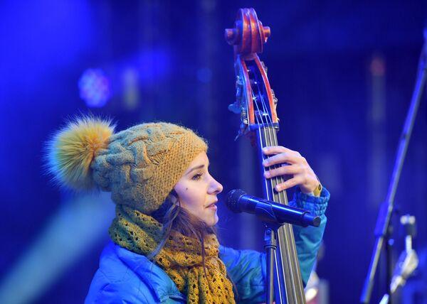 Джазовая контрабасистка Дарья Чернакова выступает на Koktebel Jazz Party фестиваля Крымская весна в Большом Амфитеатре парка Зарядье