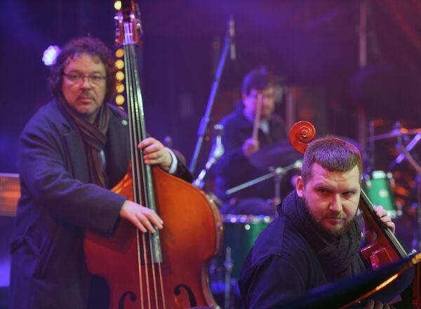 Музыканты СимфоJazz братьев Ивановых выступают на Koktebel Jazz Party фестиваля Крымская весна в Большом Амфитеатре парка Зарядье