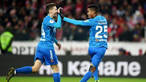 Футболисты Зенита Далер Кузяев и Вильмар Барриос (справа) радуются забитому мячу