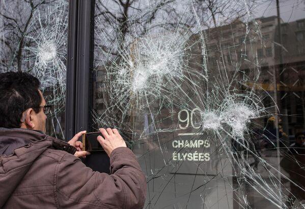 Последствия беспорядков в ходе акции желтых жилетов в Париже. 17 марта 2019