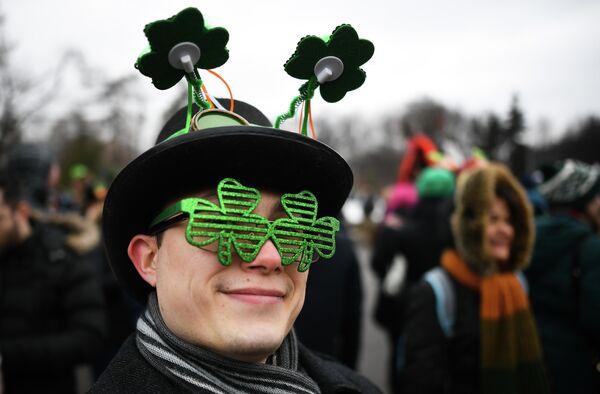 Участник парада в честь Дня святого Патрика в парке Сокольники в Москве