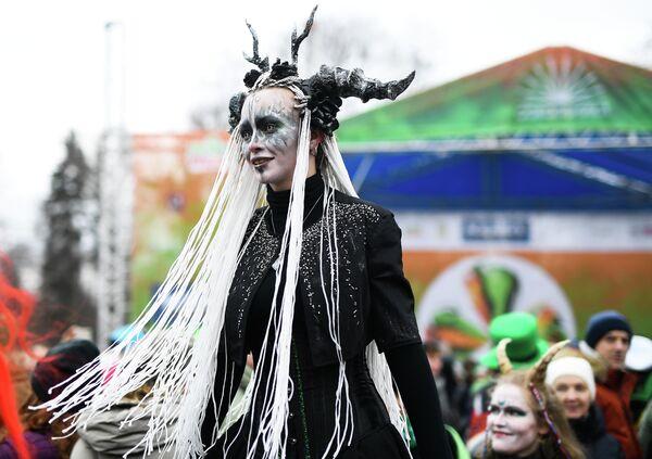 Участница парада в честь Дня святого Патрика в парке Сокольники в Москве