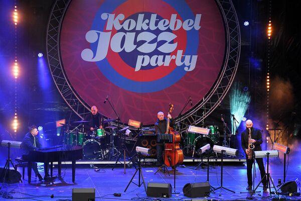Музыканты Sergey Golovnya Band выступают на Koktebel Jazz Party фестиваля Крымская весна