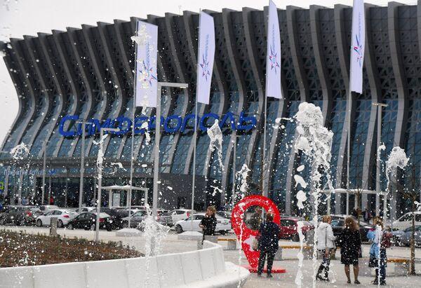 Фонтаны у здания нового терминала Крымская волна международного аэропорта Симферополь