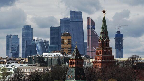 Вид на башни московского Кремля и на Московский международный деловой центр Москва-Сити