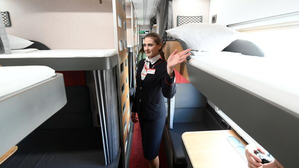 Проводница в модернизированном плацкартном вагоне, первый рейс которого пройдет по маршруту Ростов-на-Дону — Москва