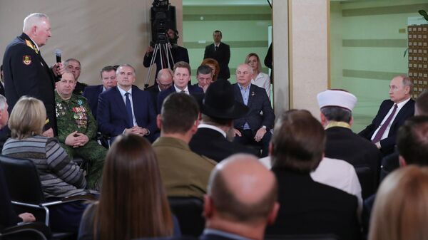 Президент РФ Владимир Путин во время встречи с представителями общественности Республики Крым и Севастополя