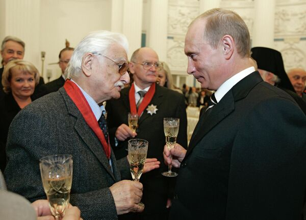 Кинорежиссер Марлен Хуциев и президент России Владимир Путин после церемонии награждения государственными наградами в Кремле