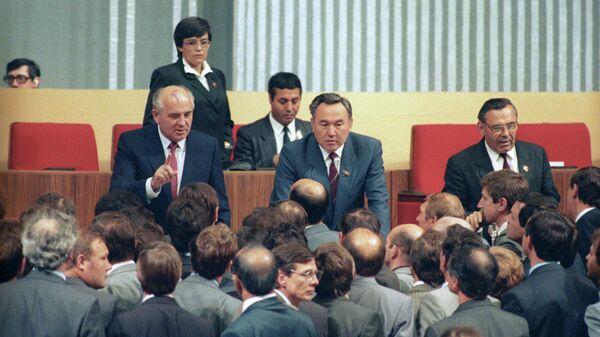 Михаил Горбачев и Нурсултан Назарбаев в президиуме ХХVIII съезда КПСС Кремлевский Дворец съездов