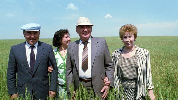 Президент СССР Михаил Горбачев и президент Казахстана Нурсултан Назарбаев с женами