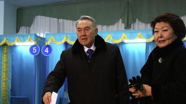 Президент Казахстана Нурсултан Назарбаев с супругой на избирательном участке принимают участие в голосовании