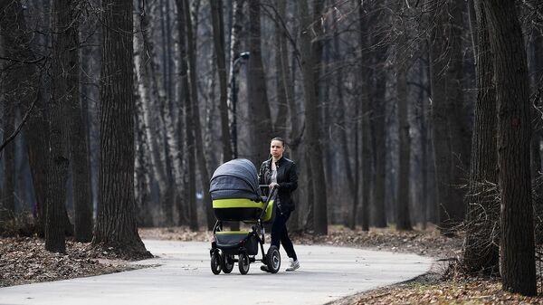 Девушка с ребенком во время прогулки