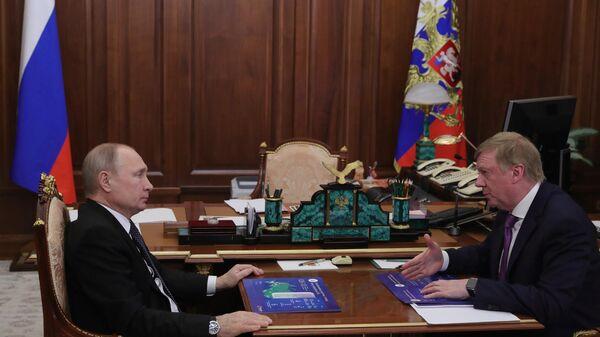 Президент РФ Владимир Путин и председатель правления ООО УК Роснано Анатолий Чубайс во время встречи