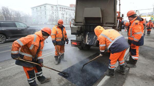 Рабочие бригады проводят ремонт дорожного покрытия