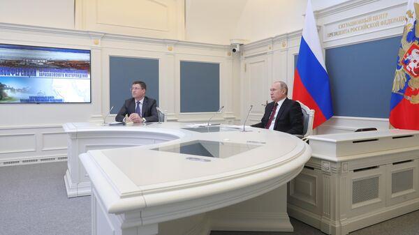 Президент РФ Владимир Путин и министр энергетики РФ Александр Новак на церемонии в режиме телемоста полномасштабного освоения Харасавэйского газового месторождения. 20 марта 2019