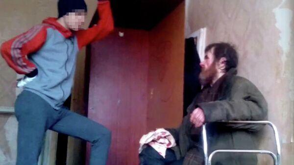 Подростки избивают бездомного в Воронеже