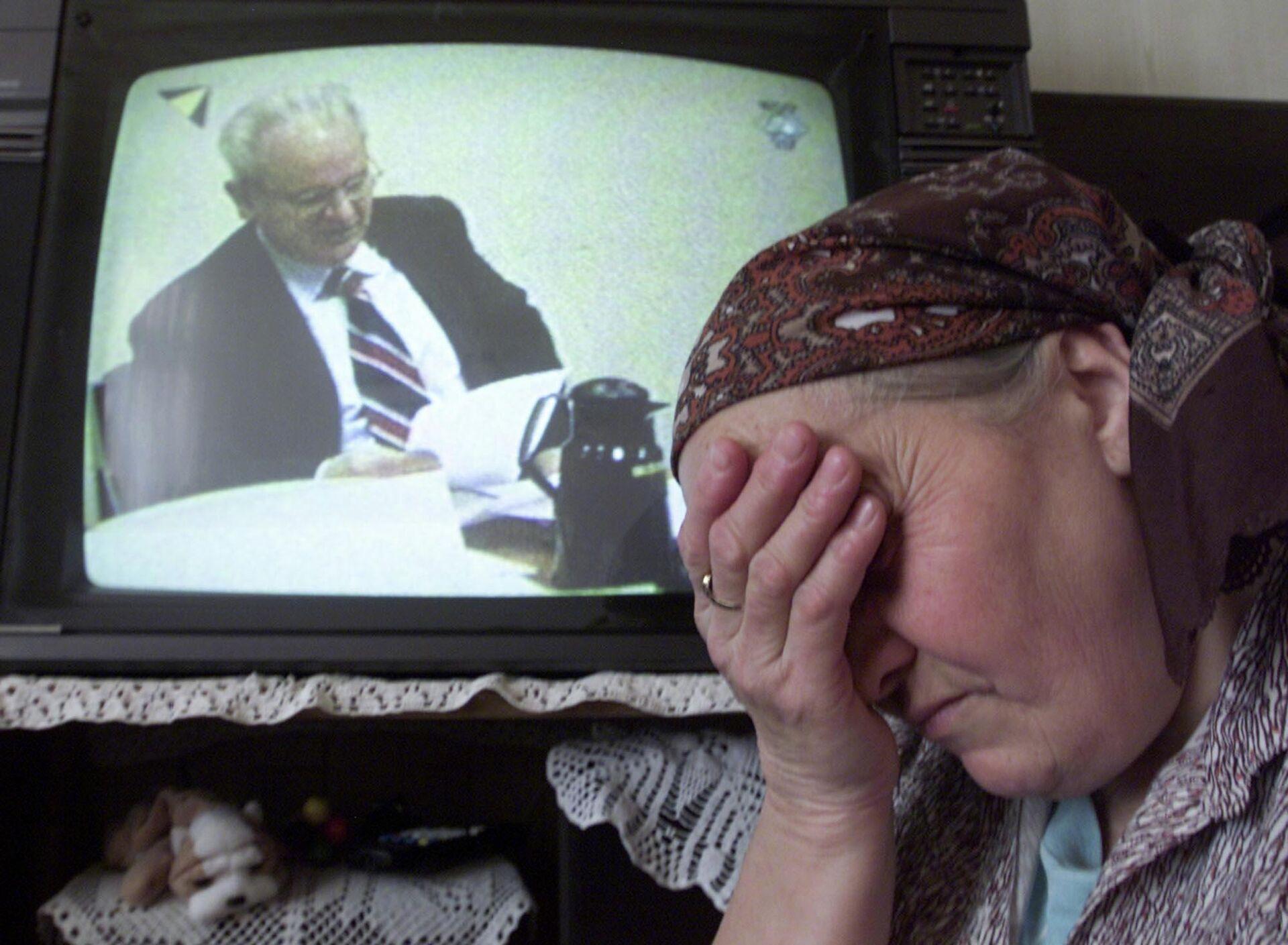 Боснийская женщина плачет, наблюдая по телевизору за трибуналом над Слободаном Милошевичем. 14 февраля 2002 - РИА Новости, 1920, 05.03.2021