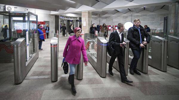 Пассажиры проходят турникеты в вестибюле станция метро Серпуховская Московского метрополитена