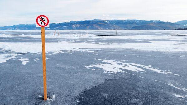 Запрещающий знак на озере Байкал в поселке Култук