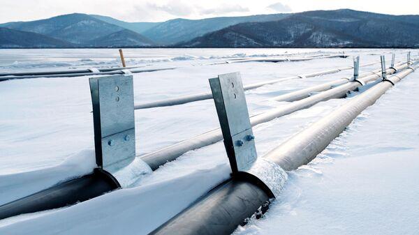 Трубы для закачки воды завода ООО Аквасиб на льду Байкала в поселке Култук