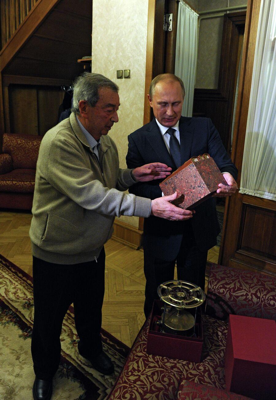 Президент России Владимир Путин поздравляет Евгения Примакова с 85-летием. 29 октября 2014
