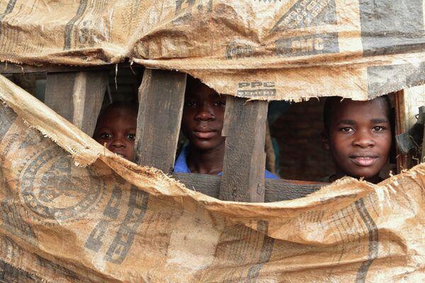 Дети во временном убежище в Чиманимани, Зимбабве