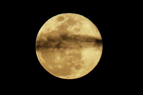 Полная луна в небе над Энсинитасом, Калифорния