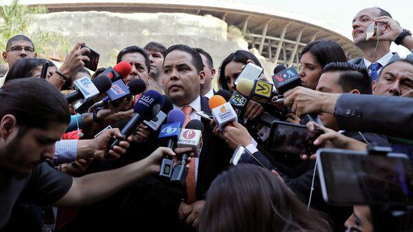 Серхио Вергара во время пресс-конференции у здания службы национальной разведки Венесуэлы. 21 марта 2019
