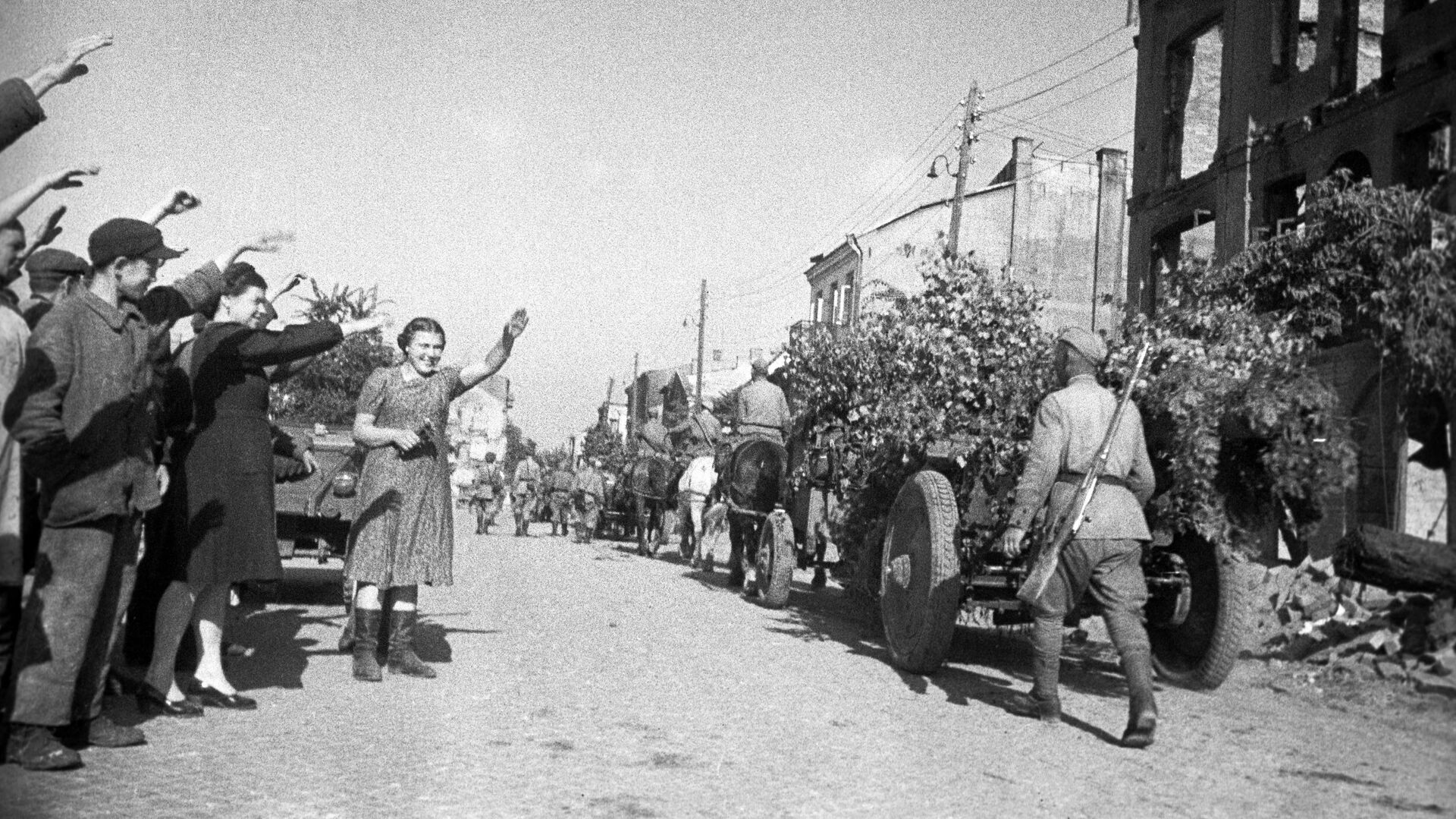 Освобождение Польши от немецко-фашистской оккупации. Жители города Белосток приветствуют советских воинов-освободителей. 1944 год  - РИА Новости, 1920, 07.05.2021