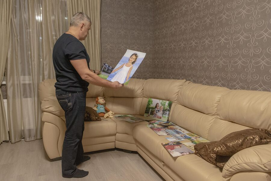 Дмитрий Алимов показывает фотографии жены и дочери