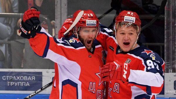 Игроки ЦСКА Линден Вей и Кирилл Капризов (справа)