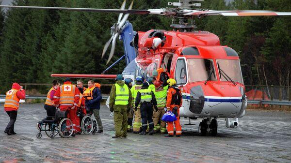 Пассажиров выгружают из спасательного вертолета после эвакуации с круизного лайнера Viking Sky в Хустадвике, Норвегия. 24 марта 2019