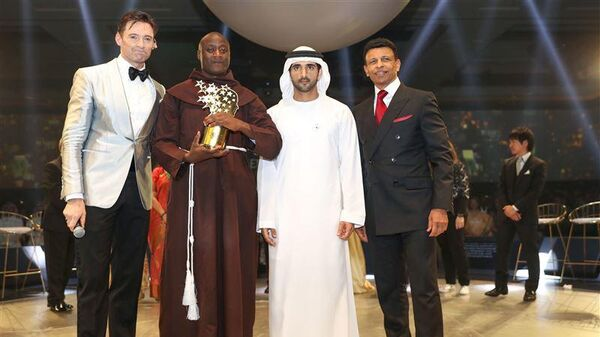 Монах-францисканец Питер Табичи на церемонии в Дубае получил премию в 1 миллион долларов как лучший учитель в мире